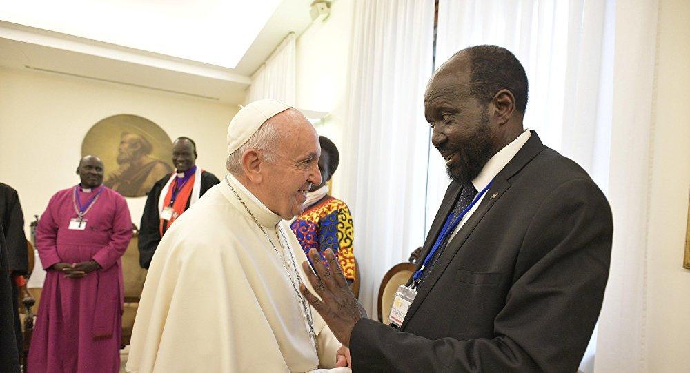 بابا الفاتيكان فى جنوب السودان - بابا الفاتيكان يقبّل أقدام زعماء السودان