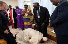 الفاتيكان 226x145 - بابا الفاتيكان يقبّل أقدام زعماء السودان