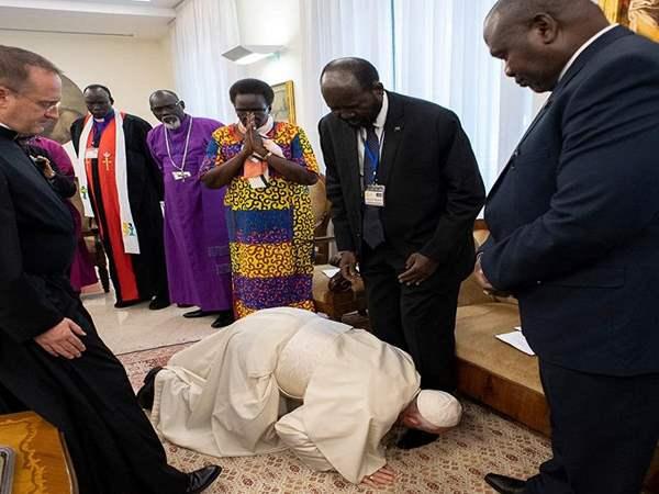 بابا الفاتيكان - بابا الفاتيكان يقبّل أقدام زعماء السودان