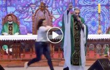 فيديو هجوم إمرأة راهب النساء الجنة 226x145 - فيديو/ هجوم إمرأة سمينة على راهب زعم أنّ النساء السمينات لا يدخلن الجنة!
