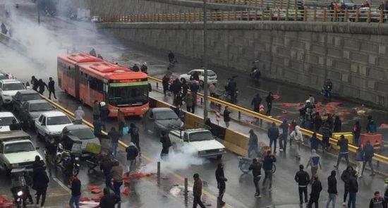 إحتجاجات إيرانية 550x295 - إحتجاجات ضد إرتفاع سعر البنزين في إيران..حالات الشغب وحرق البنوك