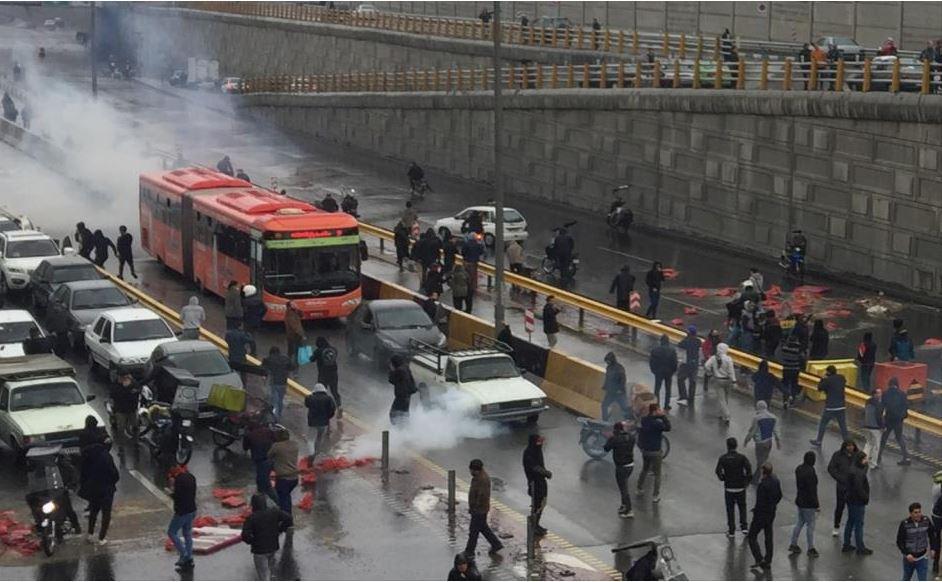 إيرانية - إحتجاجات ضد إرتفاع سعر البنزين في إيران..حالات الشغب وحرق البنوك