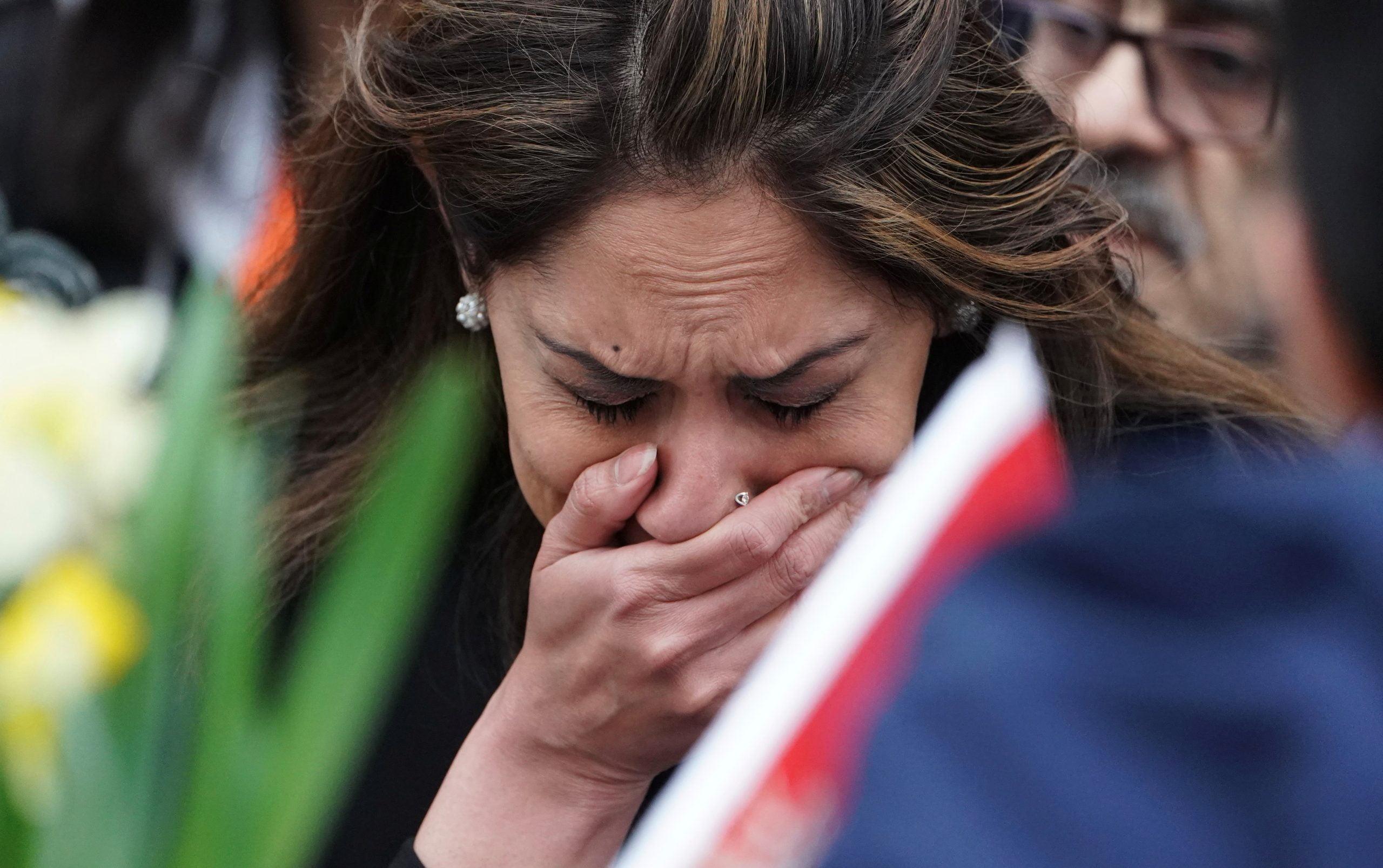 """3305292 امرأة تبكي أمام النصب التذكارى scaled - بعد تفشي كورونا إرتفاع نسبة العنف الأسري في """"كندا"""" 30 بالمئة"""