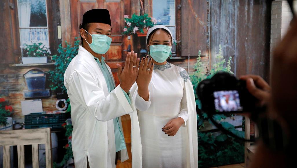 """580 3 - عروسان إندونيسيان يقيمان زفافهما """"أون لاين"""""""