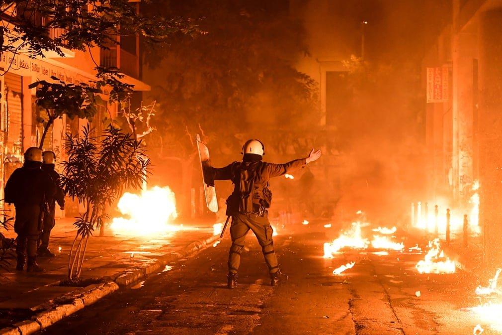 3902 - Demonstrators in Greece