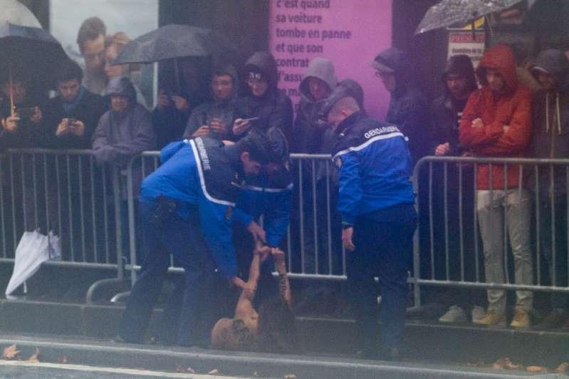 BBPzt4Y - Police stop protesters approaching Trump motorcade in Paris