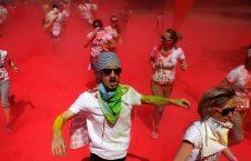 اشتراک کننده گان در مسابقه دو در حال عبور از میان دود و رنگ سرخ در شهر مسکو روسیه
