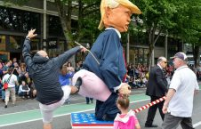 ماکتی بر ضد ترمپ در رژه سالانه شورای هنرهای نمایشی در شهر سیاتل مرکز ایالت واشینگتن امریکا