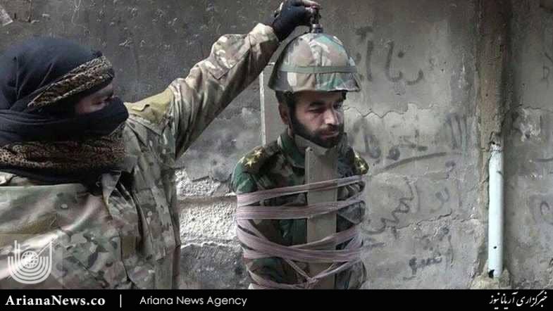 اعدام داعش 2 - تصاویر/ اعدام وحشیانه یک افسر سوری توسط داعش (18+)