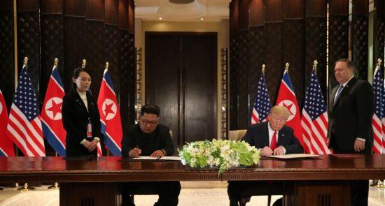 ترمپ و کیم جونگ اون 550x295 - دونالد ترمپ و کیم جونگ اون در دیدار شان سندی را امضا کردند