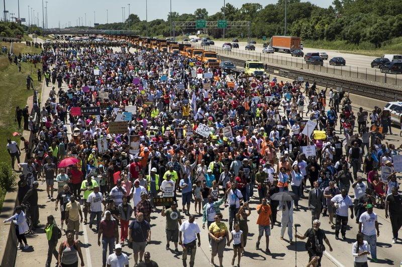 تظاهرات شیکاگو 1 - تصاویر/ تظاهرات مردم امریکا علیه خشونتهای مسلحانه
