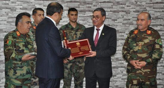 تقدیر 550x295 - رییس پیشین مالی و بودجه وزارت دفاع ملی مورد تقدیر قرار گرفت