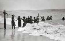 سواحل امریکا 226x145 - تصاویر/ پوشش زنان در سواحل امریکا در یک قرن پیش