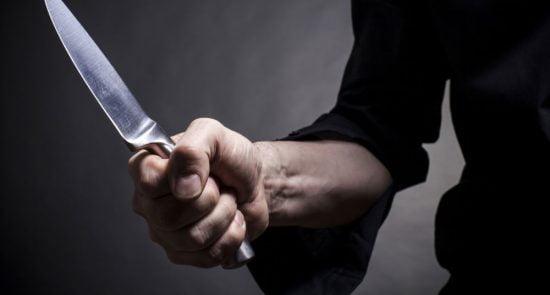 چاقو 550x295 - چاقو کشی یک پناهجوی افغان برای باشنده گان بریتانیایی + عکس