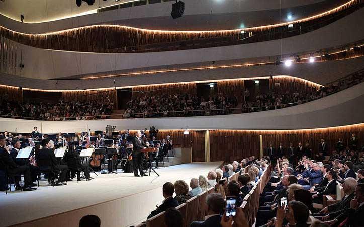 ولادیمیر پوتین 2 - تصاویر/ حضور رییس جمهور روسیه در سالون کنسرت