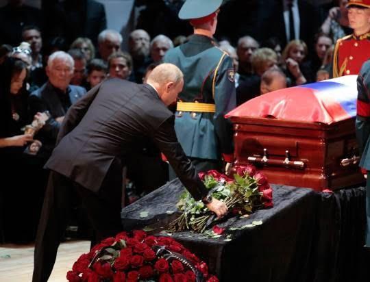 پوتین1 - تصویر/ حضور رییس جمهور روسیه در مراسم تشییع خواننده مشهور
