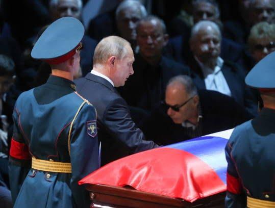 پوتین2 - تصویر/ حضور رییس جمهور روسیه در مراسم تشییع خواننده مشهور
