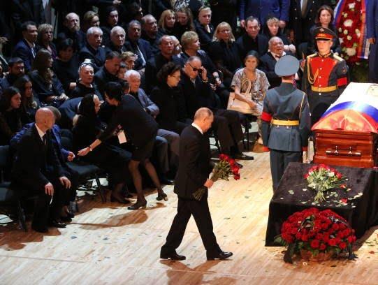 پوتین3 - تصویر/ حضور رییس جمهور روسیه در مراسم تشییع خواننده مشهور