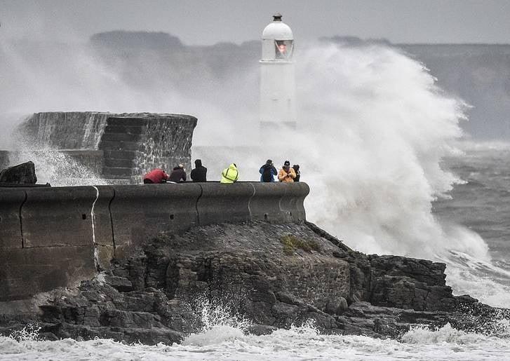 توفان بریتانیا 5 - تصاویر/ وقوع توفان سهمگین در بریتانیا