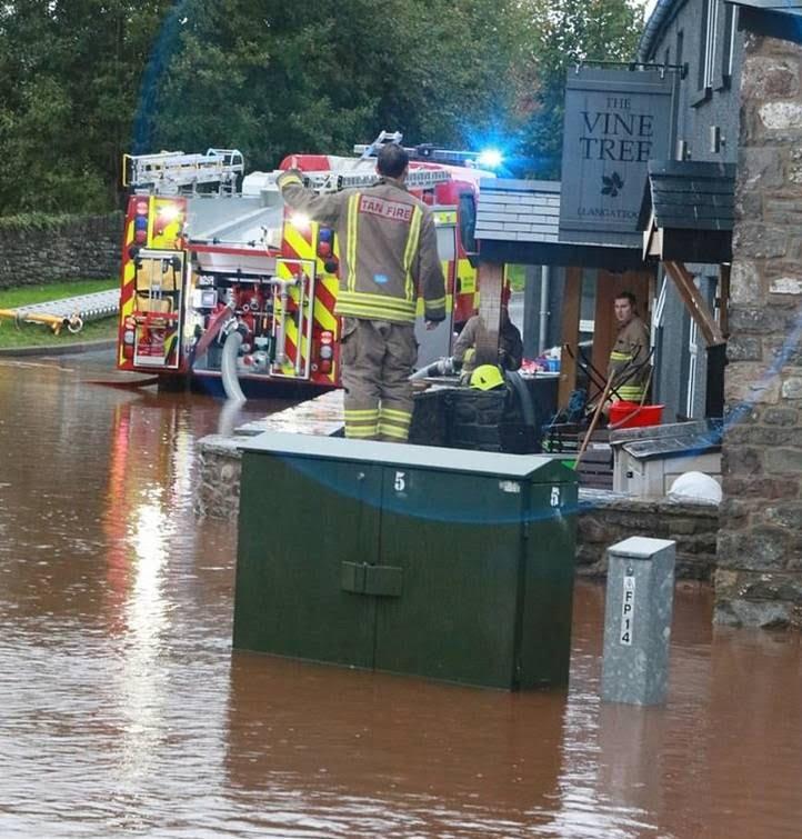 توفان بریتانیا 6 - تصاویر/ وقوع توفان سهمگین در بریتانیا