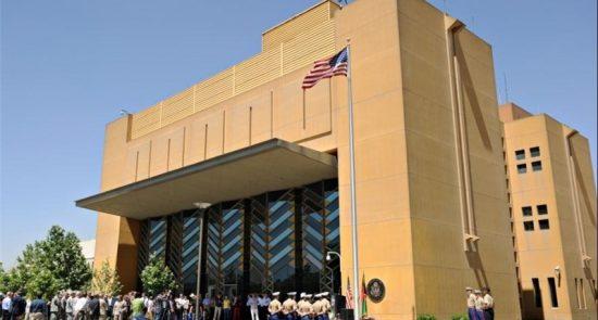 سفارت امریکا 550x295 - راهپیمایی اعتراض آمیز دهها ترجمان افغان در مقابل سفارت امریکا در کابل