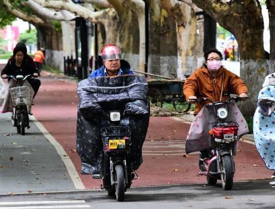 موترسایکل سواران چینایی 2 - تصاویر/ پوشش جالب موترسایکل سواران چینایی در سرما