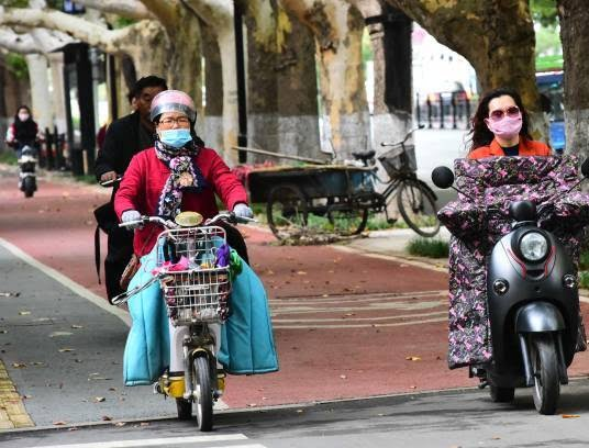 موترسایکل سواران چینایی 3 - تصاویر/ پوشش جالب موترسایکل سواران چینایی در سرما