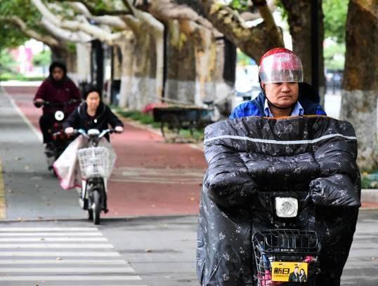 موترسایکل سواران چینایی 4 - تصاویر/ پوشش جالب موترسایکل سواران چینایی در سرما