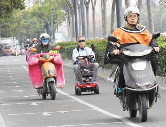 موترسایکل سواران چینایی 6 - تصاویر/ پوشش جالب موترسایکل سواران چینایی در سرما