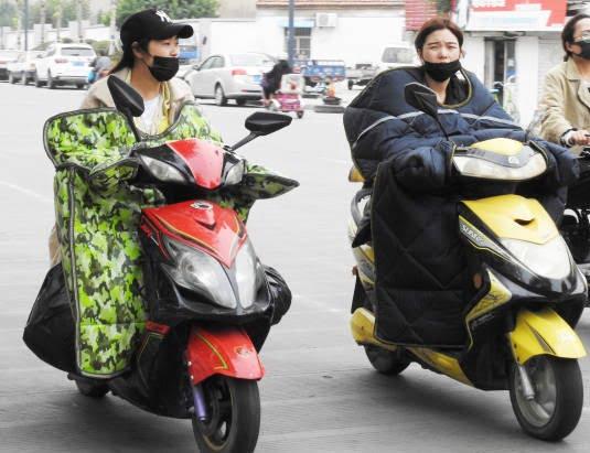 موترسایکل سواران چینایی - تصاویر/ پوشش جالب موترسایکل سواران چینایی در سرما