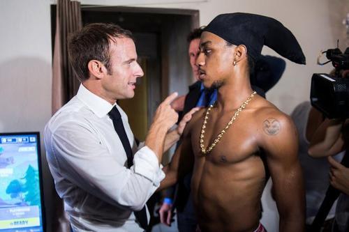 امانوئل مکرون 2 - تصاویر/ رییس جمهور فرانسه با 2 جوان نیمه برهنه چه می کند؟!