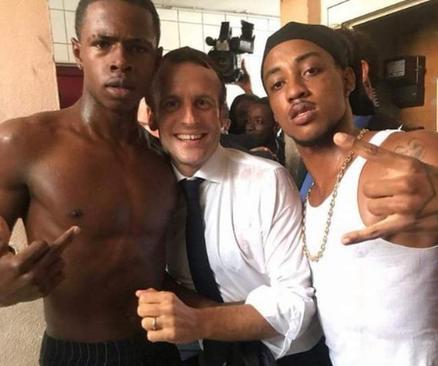 امانوئل مکرون 3 - تصاویر/ رییس جمهور فرانسه با 2 جوان نیمه برهنه چه می کند؟!