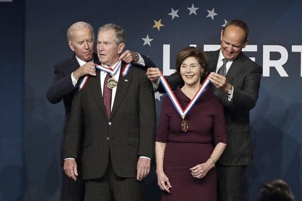 بوش 1 - مدال آزادی بر گردن آغازگر جنگ افغانستان + تصاویر