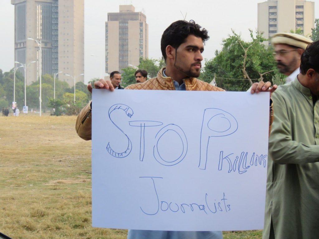 خبرنگاران پاکستانی 1024x769 - تصاویر/ خبرنگاران پاکستانی به خیابان ها آمدند!