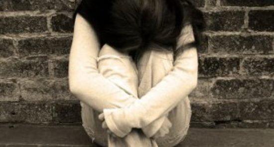 دختر 550x295 - کمیسیون مستقل حقوق بشر: آزمایش پرده بکارت دختران مانند شکنجه است