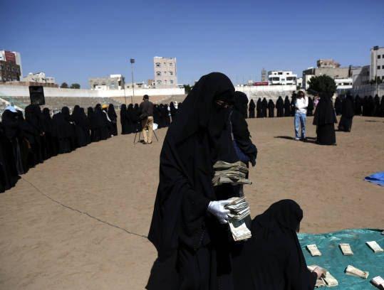 زنان یمنی 1 - تصاویر/ زنان یمنی با دالرهایشان چه کردند؟