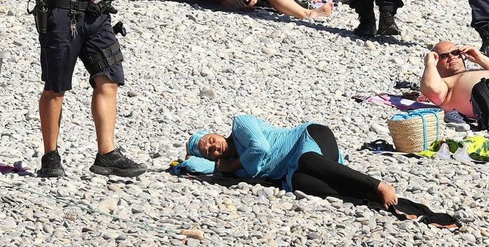 برهنه1 - تصاویر/ برهنه شدن اجباری زنان مسلمان در سواحل فرانسه