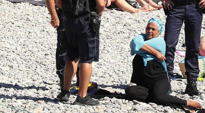 برهنه2 - تصاویر/ برهنه شدن اجباری زنان مسلمان در سواحل فرانسه