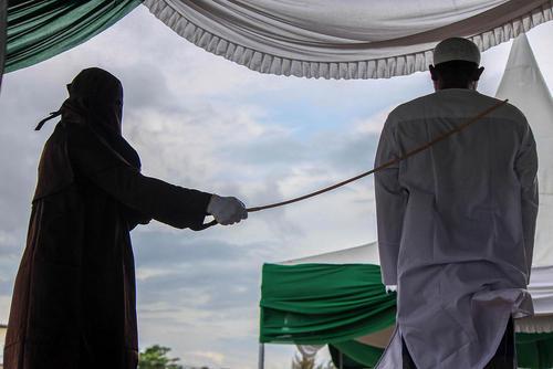 شلاق اندونزیا - تصویر/ شلاق به جرم سوء رفتار جنسی