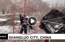 ویدیو/ نجات معجزه آسای یک دریور چینایی از موتر در حال سقوط