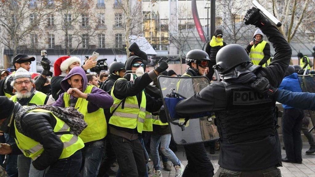 پاریس 11 1024x575 - تصاویر/ پاریس غرق در دود و آتش