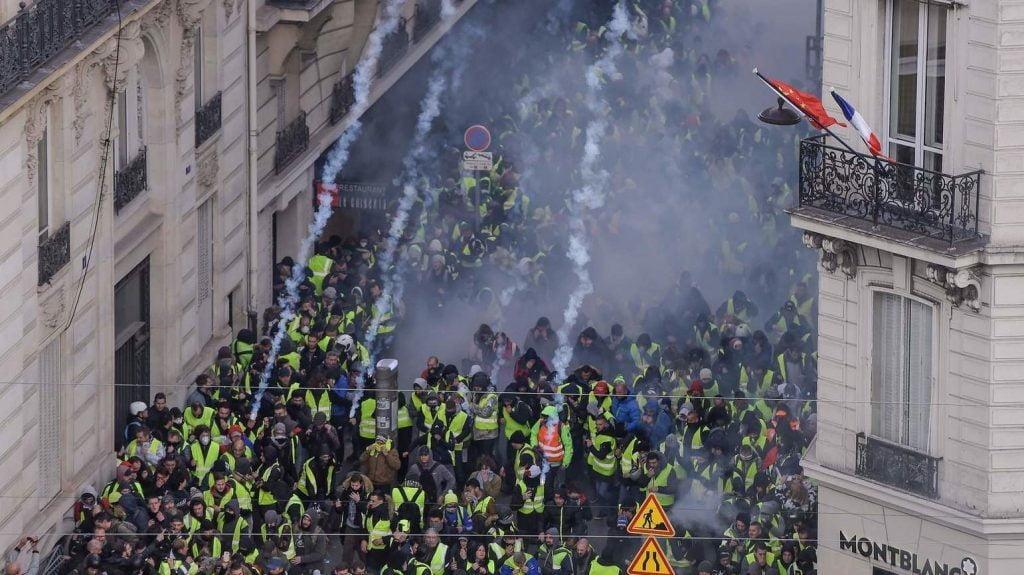 پاریس 12 1024x575 - تصاویر/ پاریس غرق در دود و آتش
