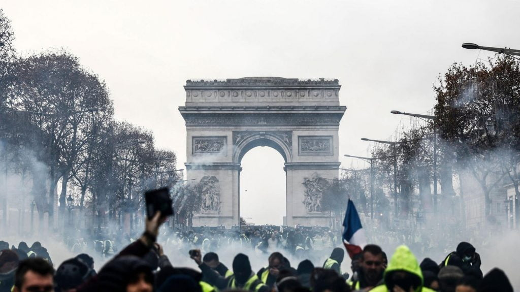 پاریس 3 1024x575 - تصاویر/ پاریس غرق در دود و آتش
