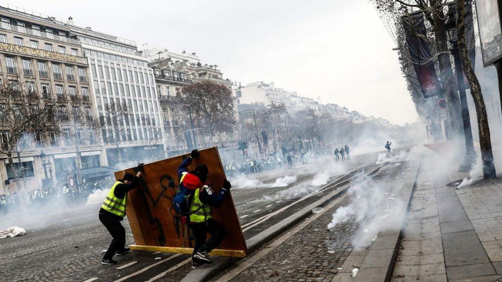 پاریس 6 1024x575 - تصاویر/ پاریس غرق در دود و آتش