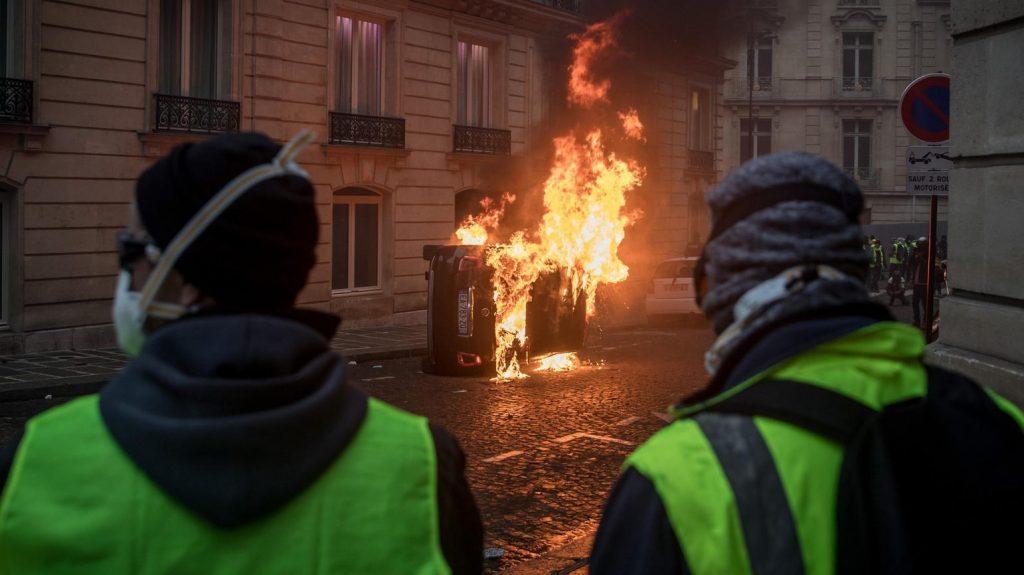 پاریس 7 1024x575 - تصاویر/ پاریس غرق در دود و آتش