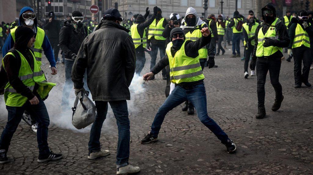 پاریس 8 1024x575 - تصاویر/ پاریس غرق در دود و آتش