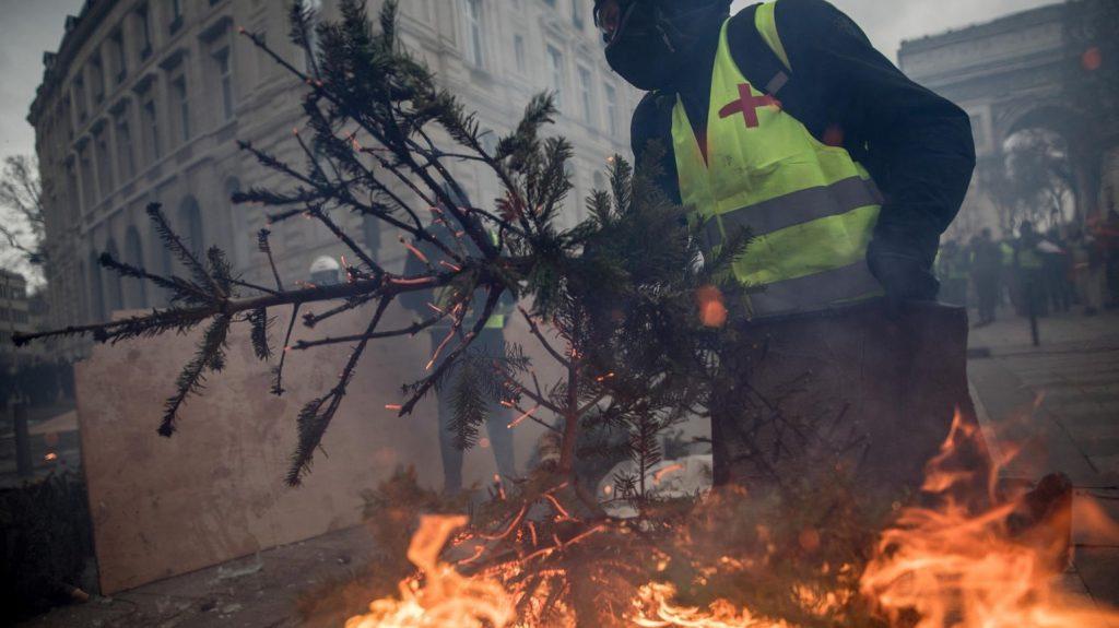 پاریس 9 1024x575 - تصاویر/ پاریس غرق در دود و آتش