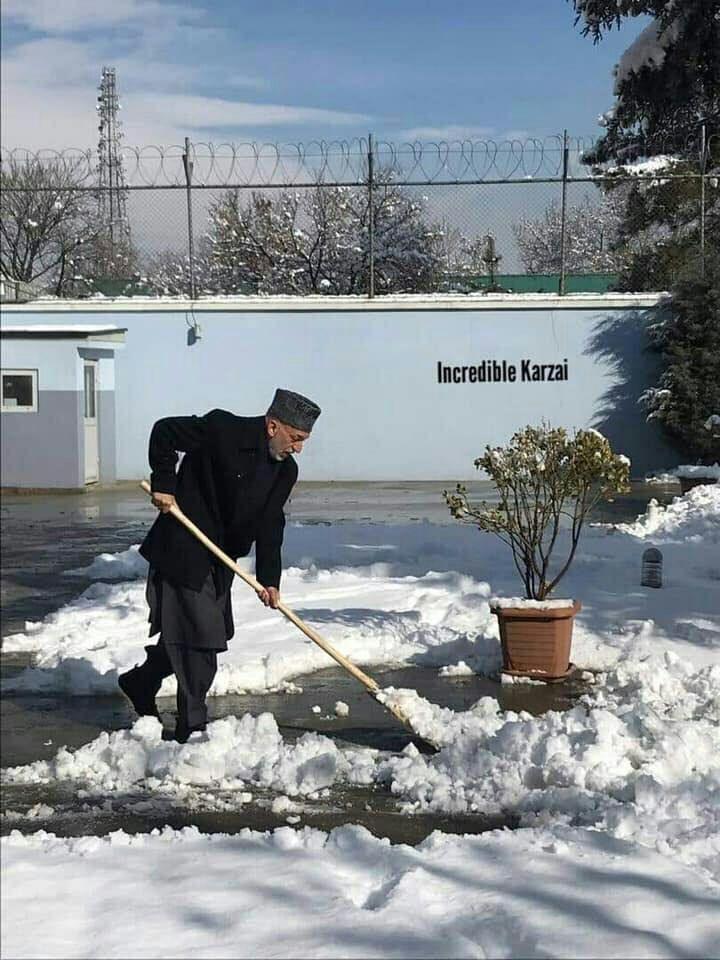 کرزی برف پاکی  - تصاویر/ وقتی کرزی برف پاکی می کند!
