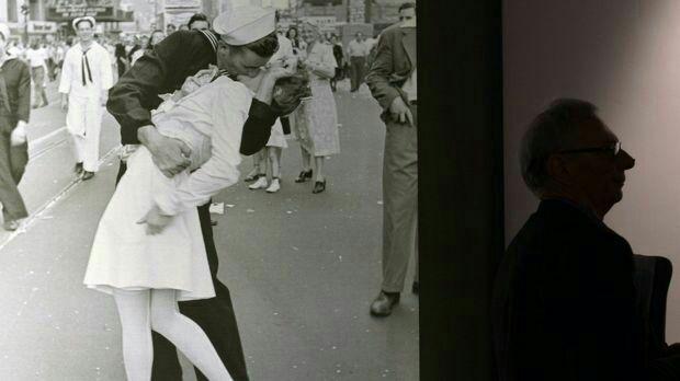 بوسیدن 1 - تصویر/ صاحب عکس بوسه مشهور درگذشت!