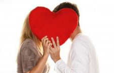 بوسیدن 226x145 - تصویر/ صاحب عکس بوسه مشهور درگذشت!